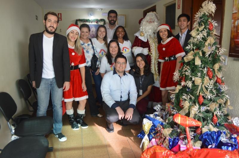 Papai Noel da ACIC entrega presentes para crianças da Casa de Maria de Nazaré