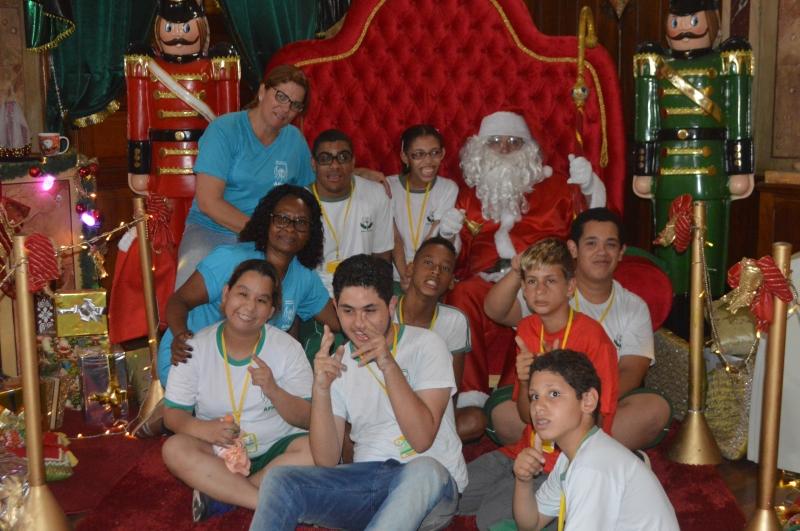Palácio do Papai Noel recebe visita da APAE de Paulínia