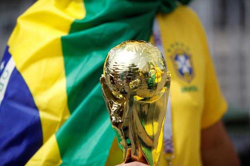 Tributos até na Copa: álbum de figurinhas tem 43% de imposto e camisa da seleção 34%