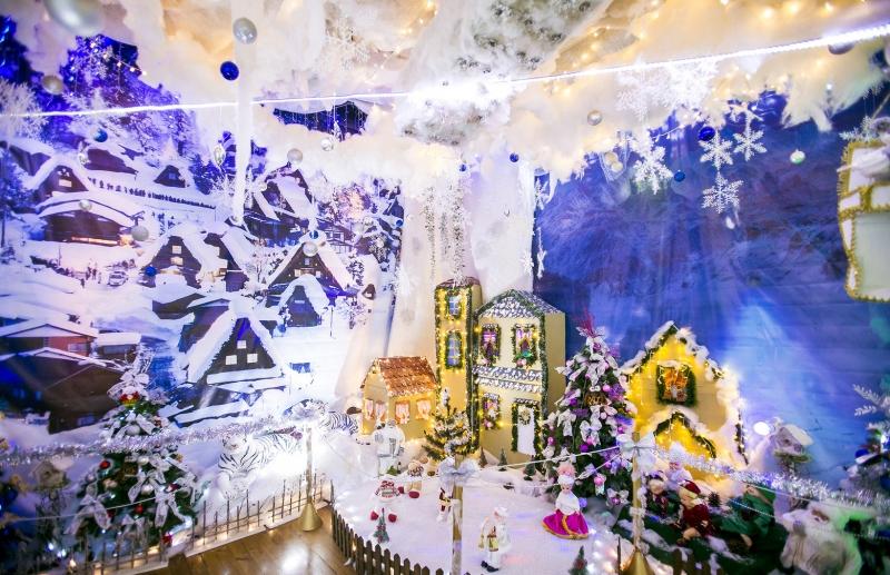 Palácio do Papai Noel emprega papelão, jornal e copos plásticos na decoração